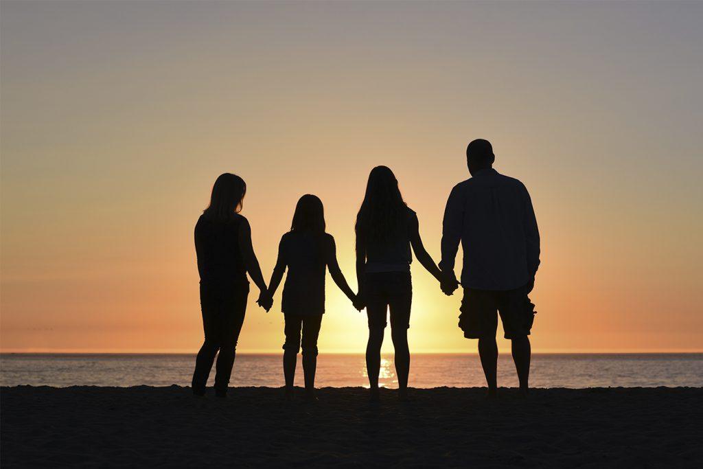 Familie genießt Sonnenuntergang