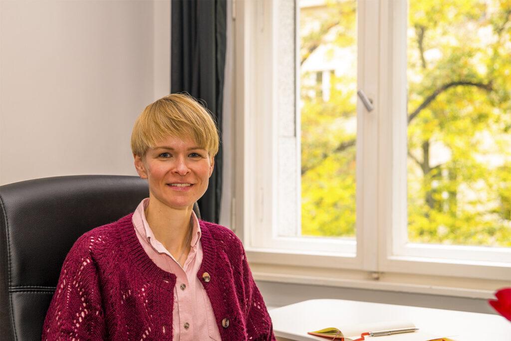 Claudia Völker am Arbeitsplatz